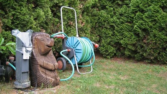 Häufig sind Gartenschläuche mit Schadstoffen belastet.